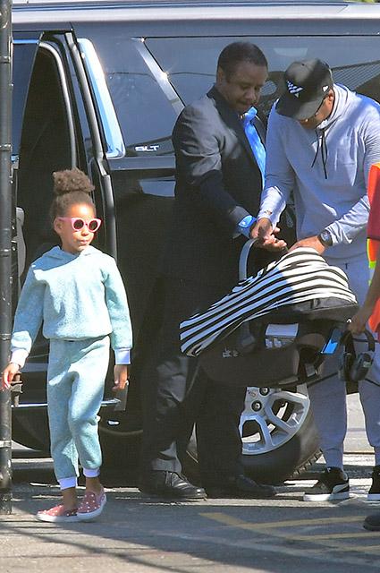 Бейонсе и Джей-Зи впервые были замечены вместе с близнецами. Фото