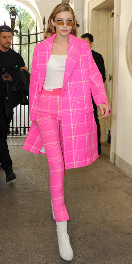 Триумф розового: Джиджи Хадид изумила невероятно ярким нарядом для осени. Фото