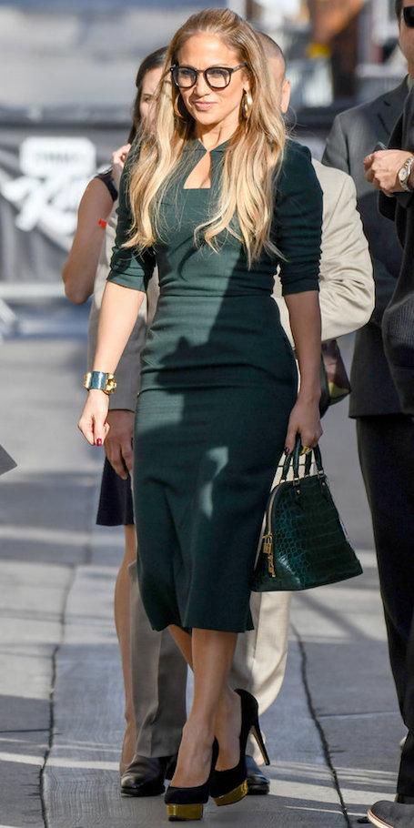 Дженнифер Лопес в зеленом платье-футляре выгодно подчеркнула свою фигуру. Фото