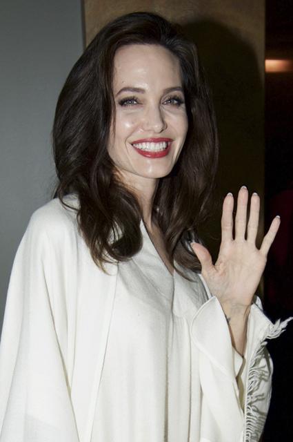 Леди-вамп: Анджелина Джоли в белом шелковом платье и с алой помадой. Фото