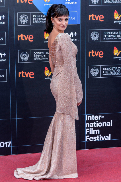 Пенелопа Крус в невероятно пикантном платье Versace на фестивале в Сан-Себастьяне. Фото
