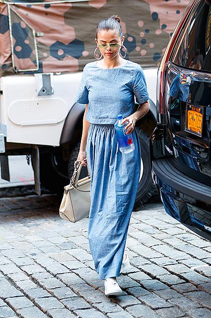 Лаконичная прелесть денима: Селена Гомес показала модный street style. Фото
