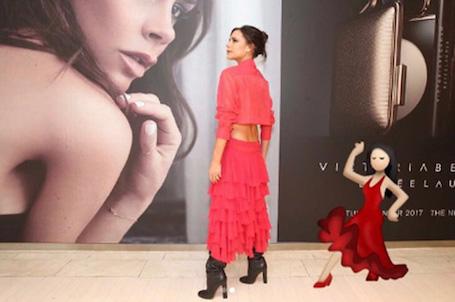 Виктория Бекхэм в красном платье с обнаженной спиной покорила Дублин! Фото