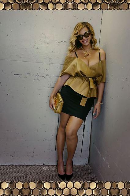 36-летняя Бейонсе покрасовалась огромным бюстом в золотом наряде. Фото