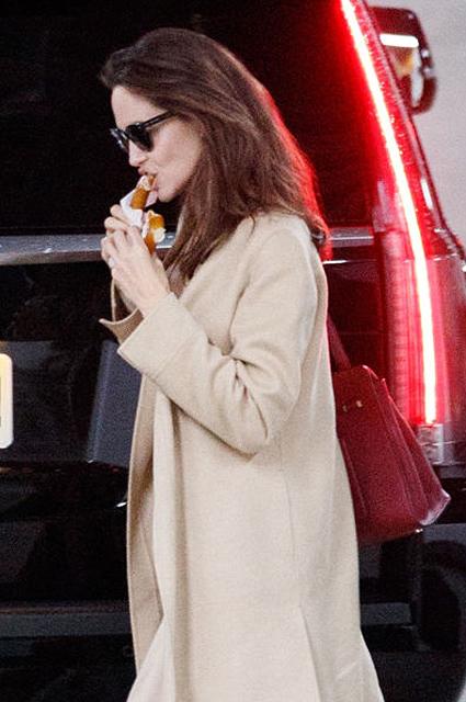 Борьба с анорексией: Анджелину Джоли впервые за долгое время застукали за едой. Фото