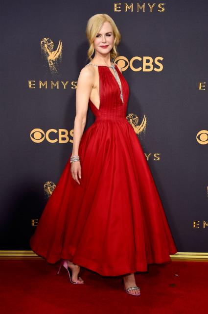 Эмми-2017: Николь Кидман в красном платье с диамантами от Calvin Klein. Фото