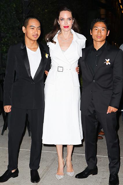 Анджелина Джоли сводила старших сыновей на вечеринку в честь премьеры. Фото