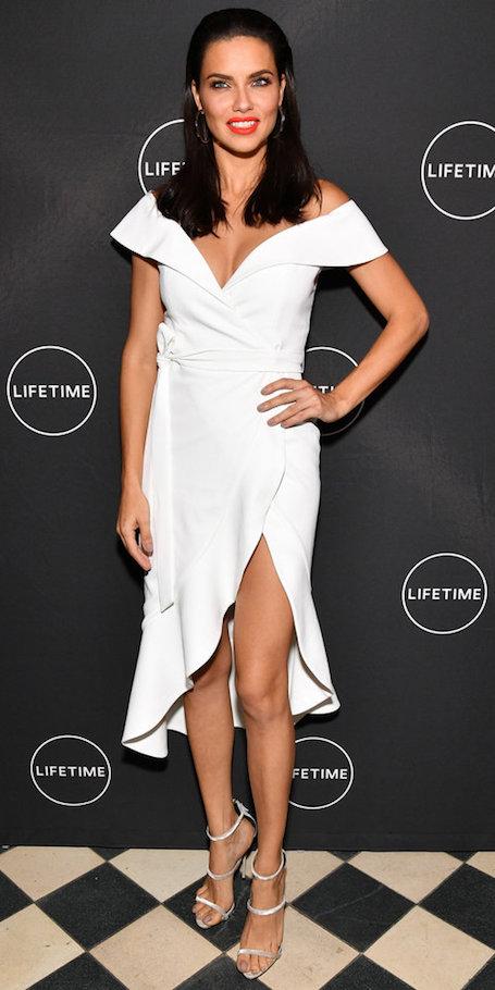 Смена имиджа: Адриана Лима с новой прической в белом мини-платье. Фото