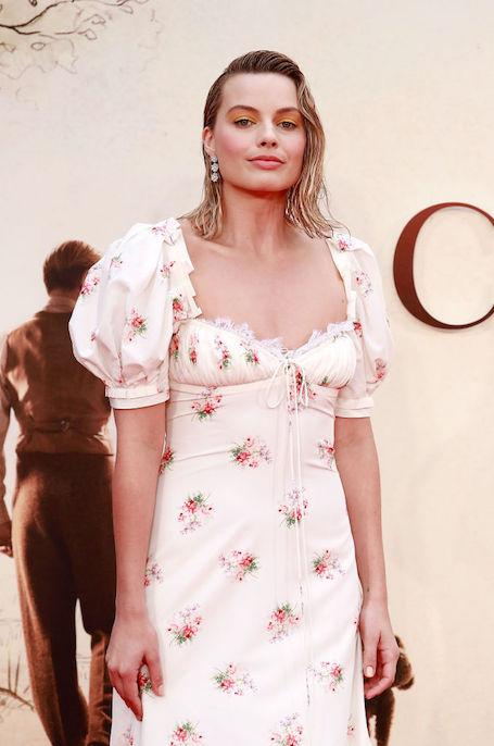 Марго Робби осудили из-за странного наряда и макияжа на премьере фильма. Фото