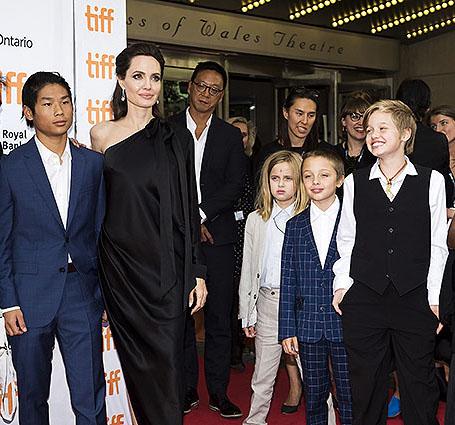 Анджелина Джоли в дерзком платье с асимметрией представила свой фильм в Торонто. Фото