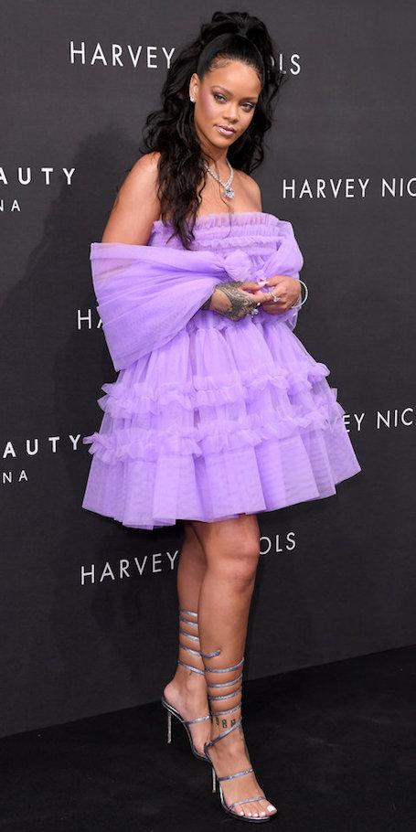 Располневшая Рианна в лиловом мини-платье подчеркнула пышные формы. Фото
