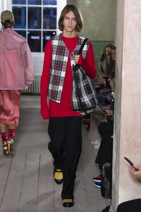 Неделя моды в Лондоне: авангардный показ Burberry. Фото