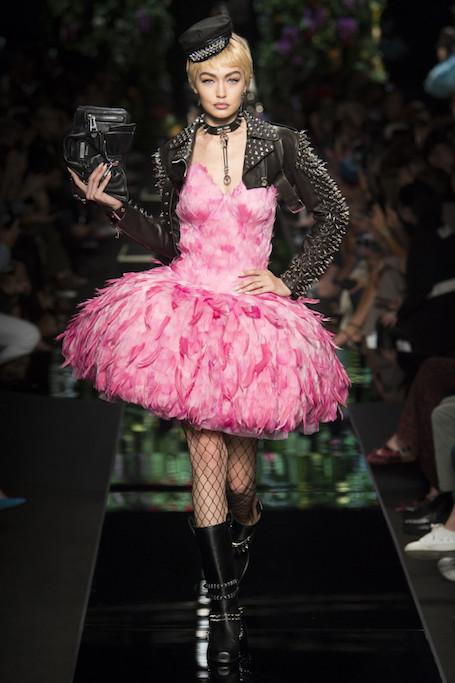 Неделя моды в Милане: цветы и гранж на показе Moschino. Фото