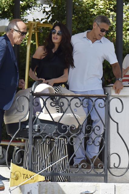 Джордж и Амаль Клуни с детьми в люльке прогулялись по Венеции. Фото