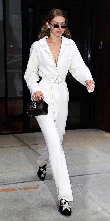В домашних тапках и белом комбинезоне - Джиджи Хадид удивила модным нарядом. Фото
