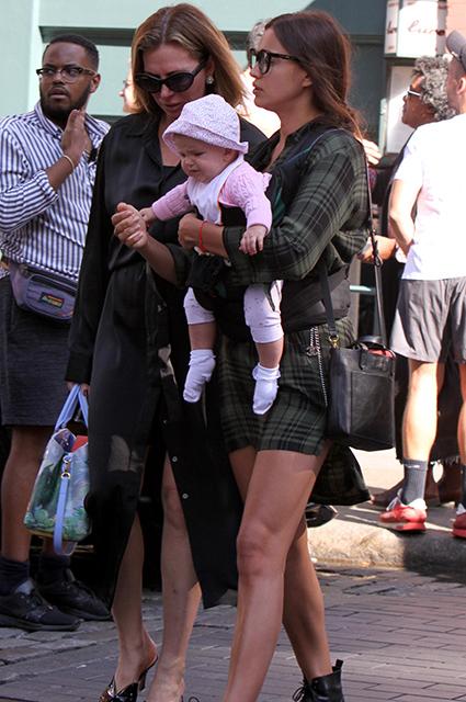 Впервые за полгода Ирина Шейк показала свою дочь Лею де Сена. Фото