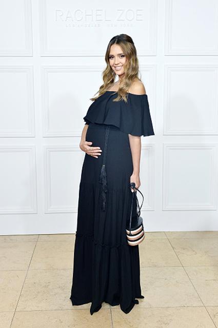 Беременная Джессика Альба похвасталась животом на модной презентации. Фото