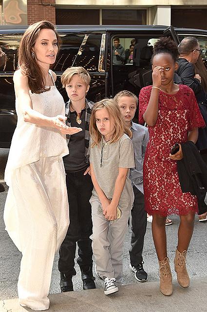 Анджелина Джоли с детьми вызвала ажиотаж на кинофестивале в Торонто. Фото