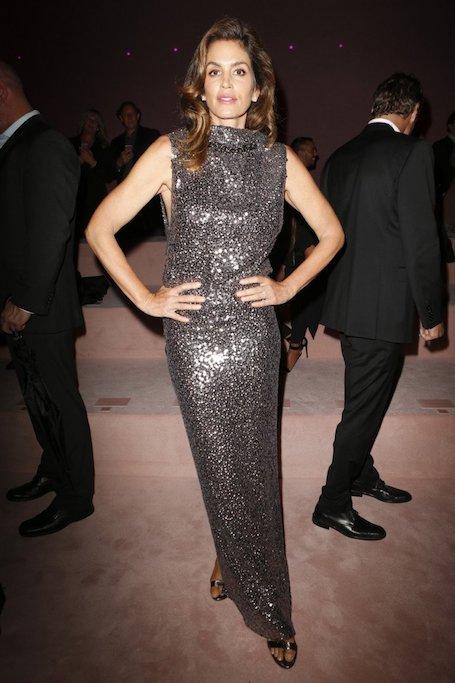 Синди Кроуфорд ослепительно красива в модном платье на показе Tom Ford. Фото