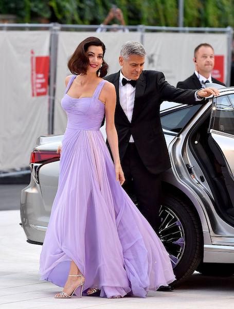 Фурор в Венеции: Джордж и Амаль Клуни в шикарном платье Versace посетили фестиваль. Фото
