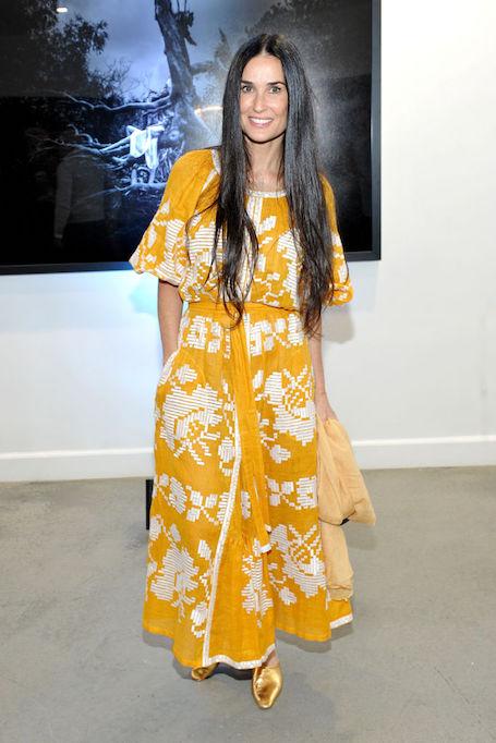 Помолодевшая Деми Мур в желтом платье-вышиванке очаровала Голливуд. Фото