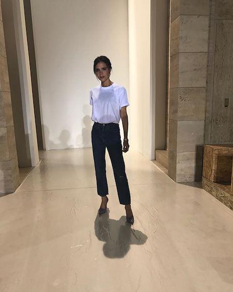 Виктория Бекхэм вышла на подиум в белой футболке и черных джинсах. Фото