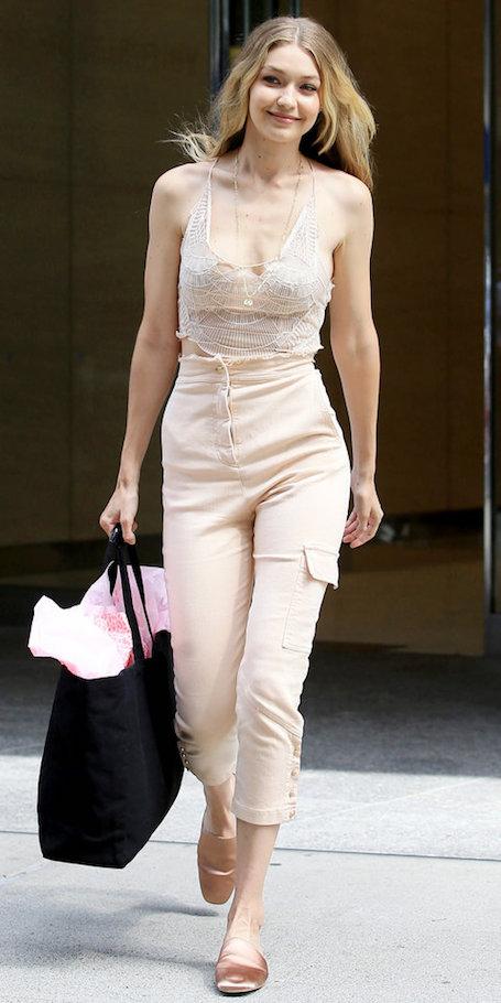 Пудрово-розовый: Джиджи Хадид представила нежный модный образ для викенда. Фото