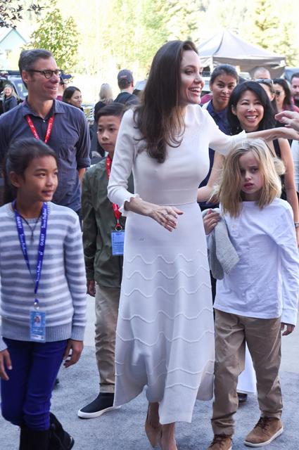 Анджелина Джоли в платье Ulyana Sergeenko затмила всех на фестивале в Теллуриде. Фото