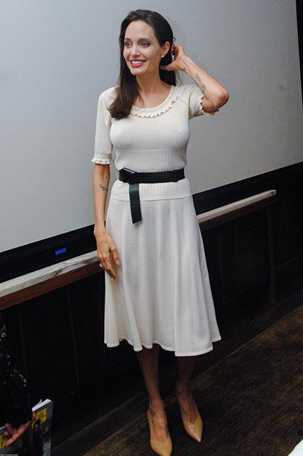Анджелина Джоли в белом платье представила свой новый фильм в Лос-Анджелесе! Фото