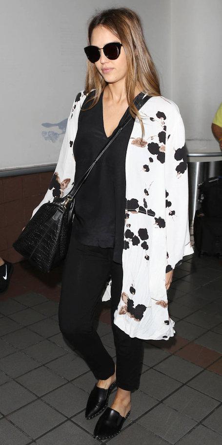 Игра на контрасте: беременная Джессика Альба в черно-белом наряде. Фото