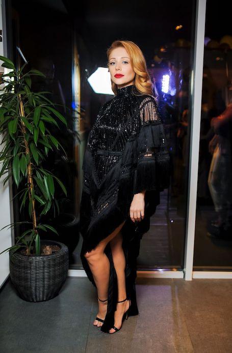 Шик и блеск: Тина Кароль в черном платье с бахромой покоряет красотой. Фото