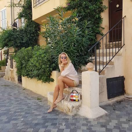 Летние каникулы в теплых странах: Вера Брежнева щеголяет в новомодных нарядах. Фото