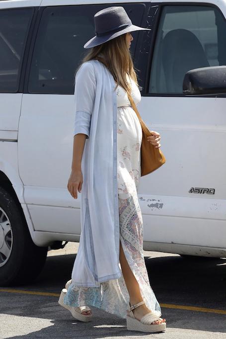 Беременная Джессика Альба в летящем белом платье подчеркнула свои формы. Фото