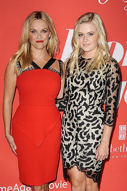 Дамы в алом: Риз Уизерспун с дочкой Авой пришли на премьеру в шикарных платьях. Фото
