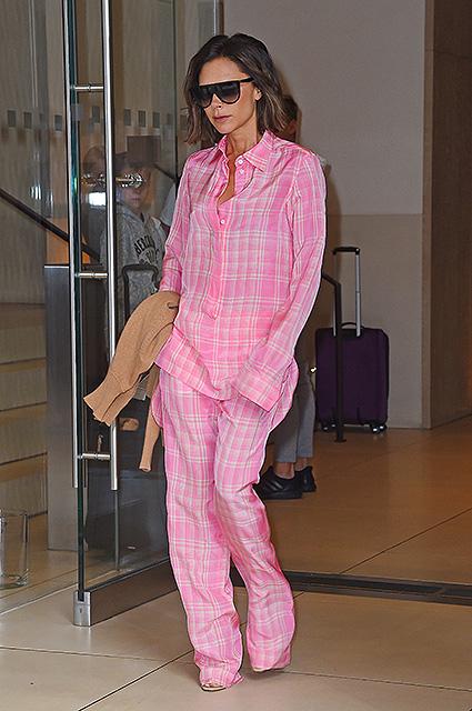 Розовый vs. голубой: Виктория Бекхэм позирует в ярких нарядах. Фото