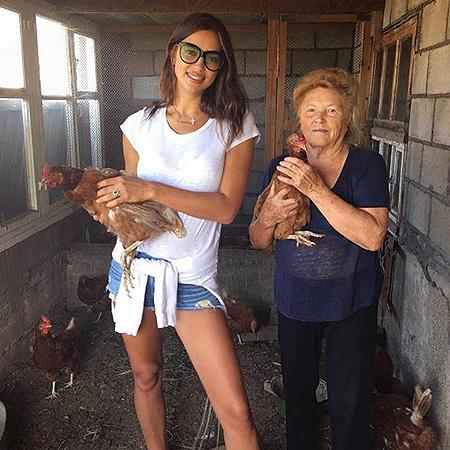 Ирина Шейк уехала в деревню: топ-модель занялась огородом и кормит кур! Фото