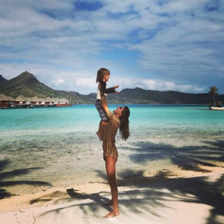 Рай на Бора-Бора: Алессандра Амбросио в бикини похвасталась фигурой. Фото