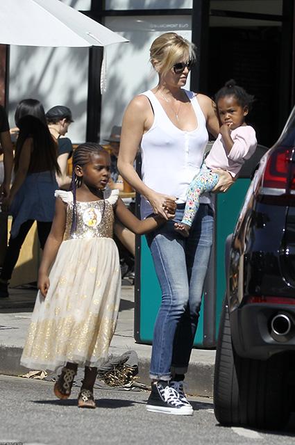 Шарлиз Терон обвиняют в том, что она специально одевает сына в платья принцесс. Фото