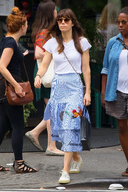 Джессика Бил представила шикарный модный образ с полосатой миди-юбкой! Фото