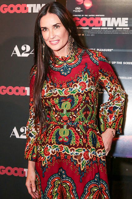 Деми Мур примерила необычное макси-платье в индийском стиле. Фото