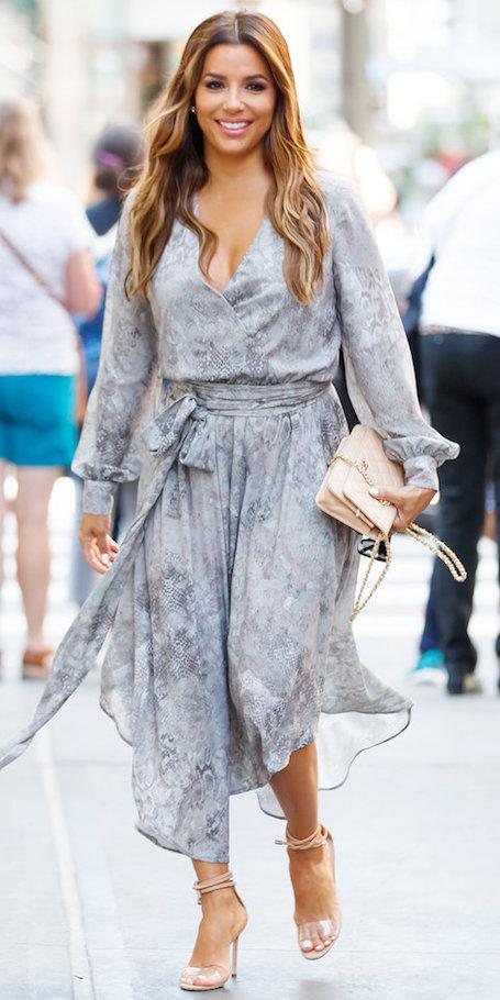 Ева Лонгория в жемчужно-сером платье на запах прогулялась по Нью-Йорку. Фото