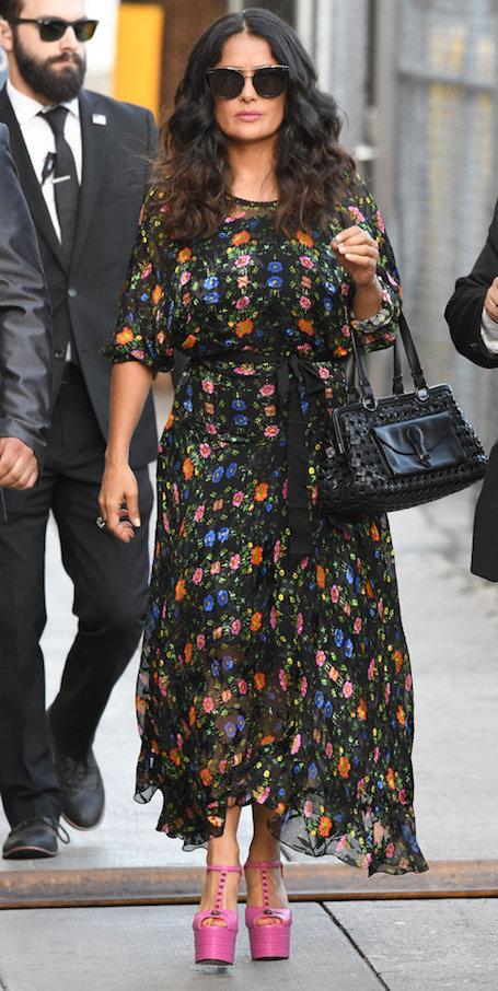 Испанская пытка: Сальма Хайек в платье Gucci щеголяла на ультра высокой платформе. Фото