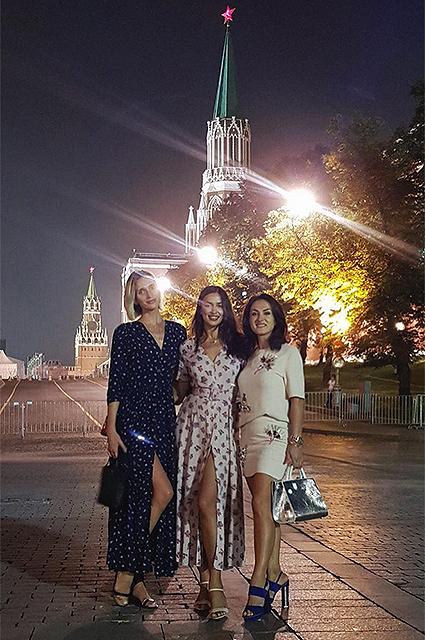 Молодая мама Ирина Шейк на Красной площади лакомится пирожками! Фото