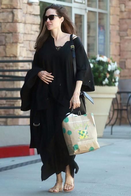 Анджелина Джоли снова оделась во все черное и перестала краситься. Фото