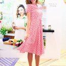 Розовый принт и звезды: Миранда Керр пленяет нежным платьем в стиле ретро. Фото