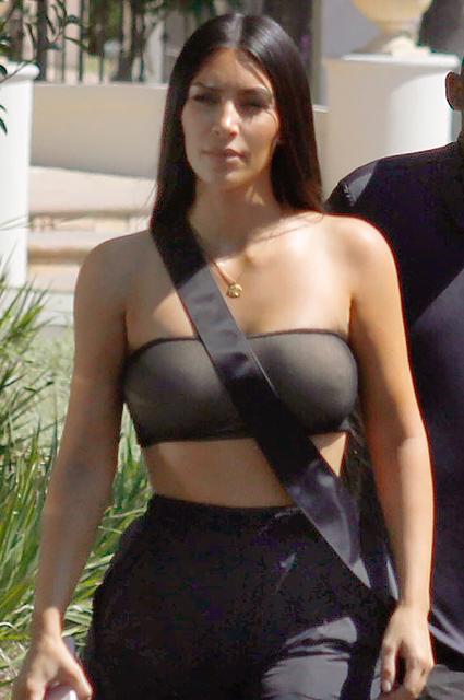 Ким Кардашьян в крохотном топе и шароварах появилась на деловой встрече. Фото