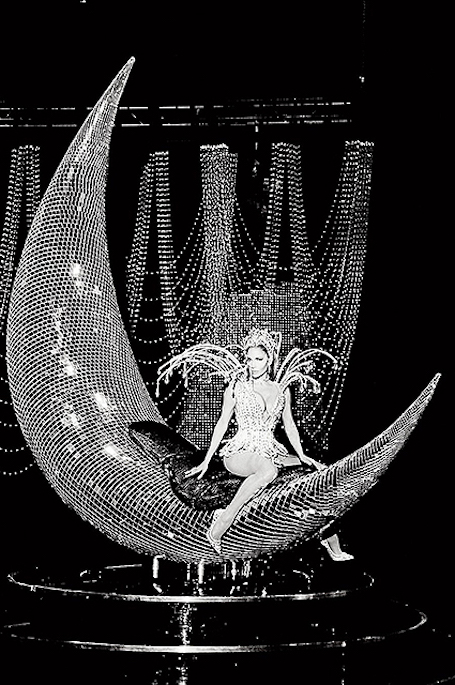 Дженнифер Лопес в сверкающих мини-платьях из осколков стекла пленяет грацией. Фото