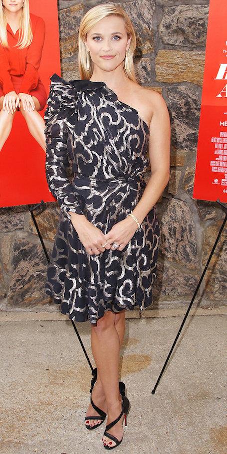 Риз Уизерспун в черном платье с асимметрией блистает на рауте. Фото