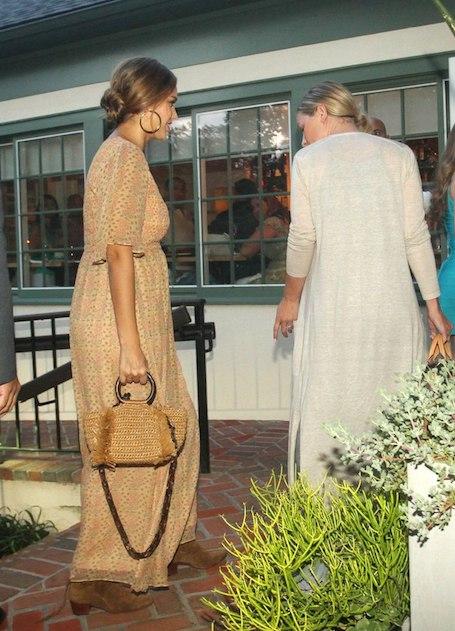 Беременная Джессика Альба подчеркивает растущий живот романтическими платьями. Фото