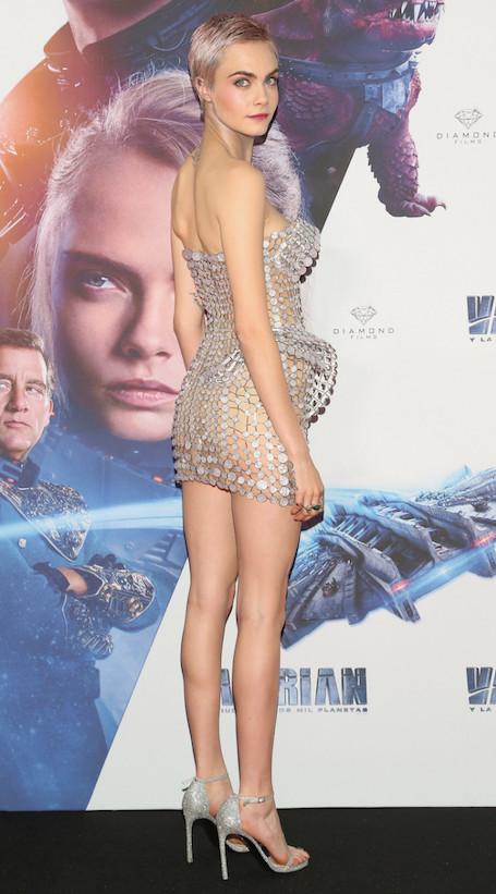 Новый рекорд откровенности: Кара Делевинь в прозрачном платье-кольчуге Versace. Фото